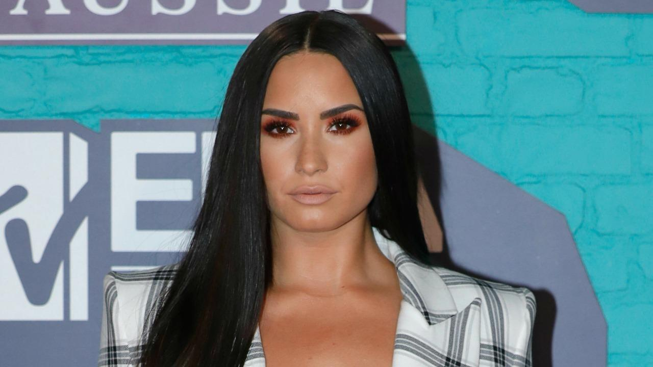 Demi Lovato Mtv Ema Kare Sports  Cleavage Iny Emas Outfit Pics